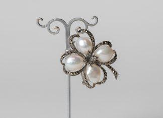 Broche en plata con perlas de agua dulce y marcasitas.