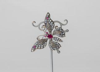 Broche en plata con perlas de agua dulce, marcasitas y rubíes.