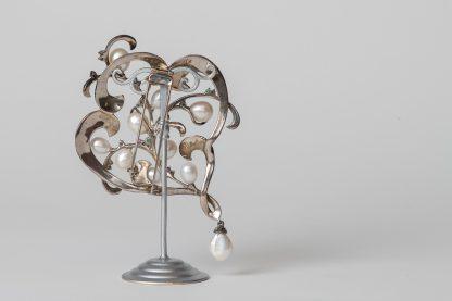 Broche en plata con perlas de agua dulce, marcasitas, rubíes, zafiros y diamantes.