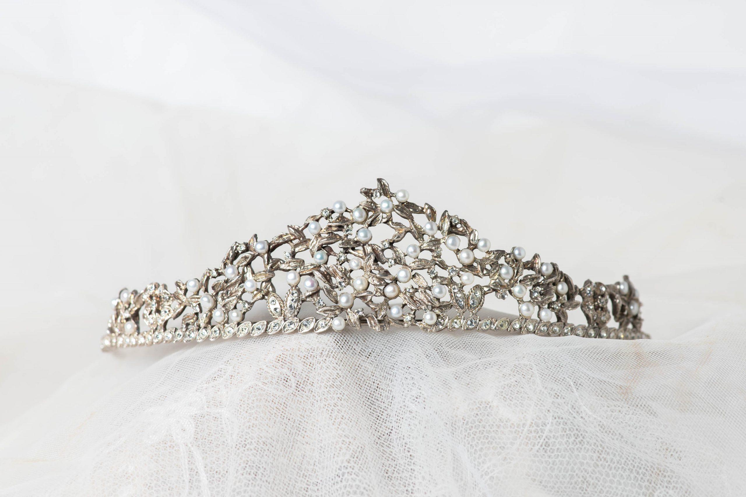 Tiara de plata con perlas de agua dulce y circonitas