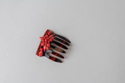 Peineta de esmalte rojo.