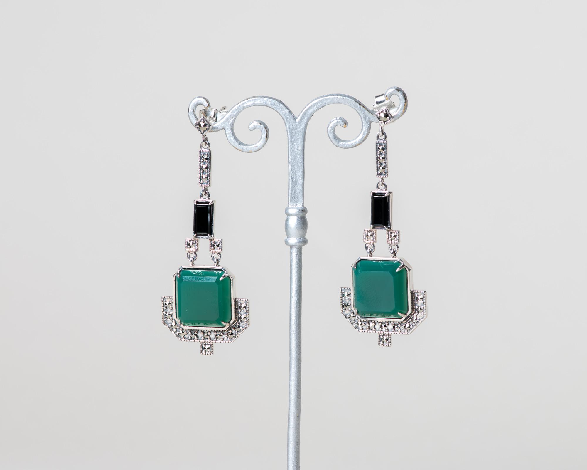 Pendientes Eniades realizados a mano en plata con marcasitas, jade verde natural y ónix