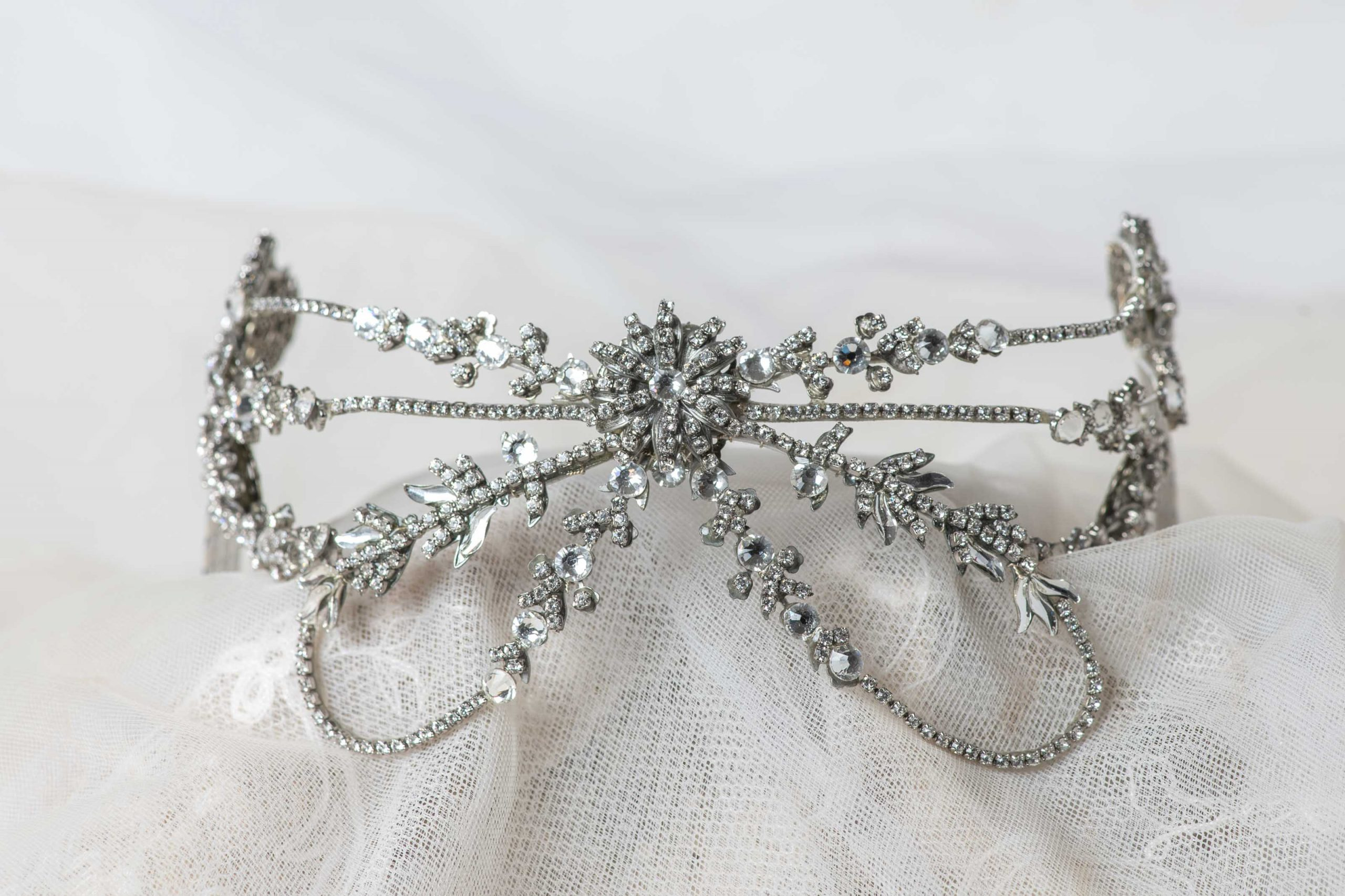 Tiara/peineta hecha totalmente a mano en cristal de Swarovski.