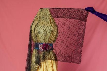 Mantilla bordada a mano de encaje de chantilly antigua
