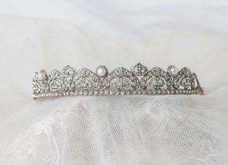 Tiara de plata y circonitas.