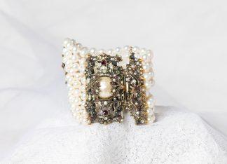 Pulsera Divus de latón con perlas de agua dulce y piedras semipreciosas.