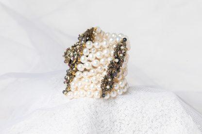 Pulsera de latón con perlas de agua dulce y piedras semipreciosas.