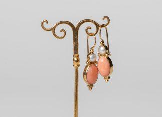 Pendientes en plata dorada, perlas de agua dulce y coral.