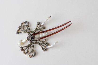 Peineta de nácar y cristal Swarovski en forma de mariposa.