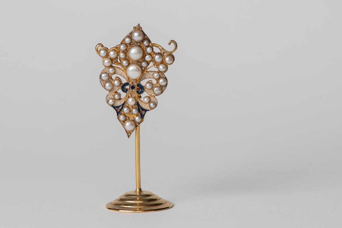Broche de latón bañado en oro de 24k, con perlas de agua dulce y esmalte.