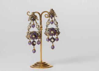 Pendientes de latón, perlas y tonos amatista.
