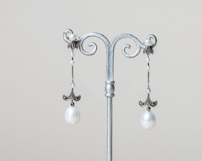 Pendientes Aprilla realizados a mano en plata con marcasitas y perlas de agua dulce