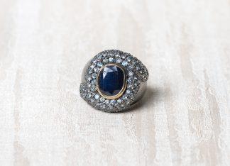 Anillo de plata con circonitas de color azul oscuro.