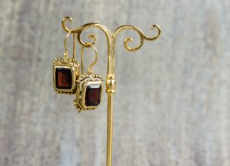 Pendientes Lucrezia Panciatichi en plata dorada con un granate