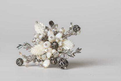 Broche de plata dorada con perlas de agua dulce