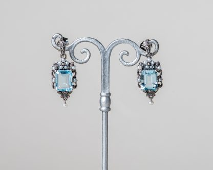 Pendientes de plata con marcasitas, topacio y perlas de agua dulce.