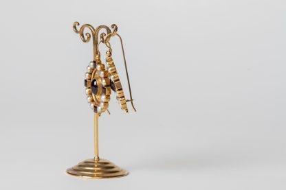 Pendientes de plata dorada con granates y perlas de agua dulce