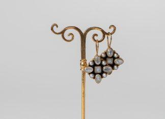 Pendientes de plata dorada con piedra de la luna y perlas