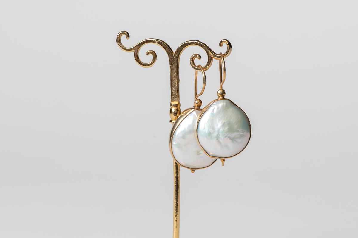Pendientes de plata dorada con perla barroca.