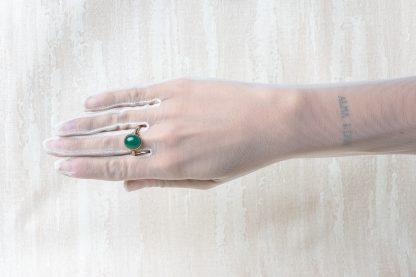 Anillo de plata dorada con un cuarzo verde