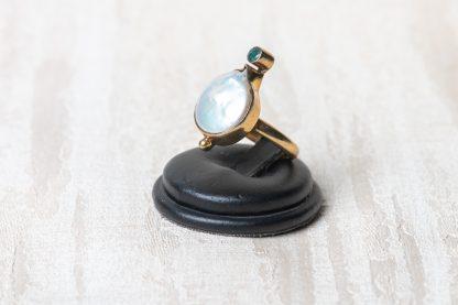 Anillo de plata dorada con una perla de agua dulce y una esmeralda