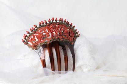 Peineta hecha a mano con trocitos de coral.