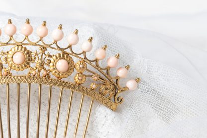 Peineta y tiara de latón con coral piel de angel