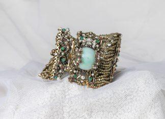 Pulsera Divus de latón con mini perlas de agua dulce y piedras semipreciosas.