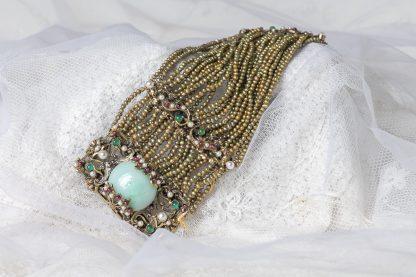 Pulsera de latón con mini perlas de agua dulce y piedras semipreciosas.