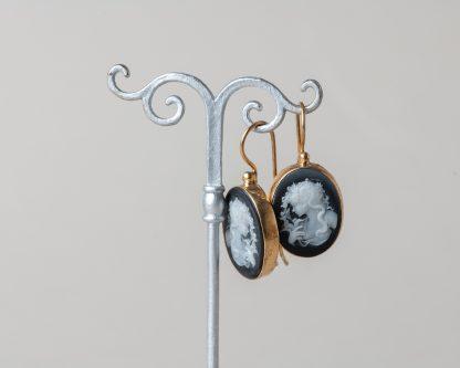 Pendientes en plata dorada con camafeo tallado a mano en cocha