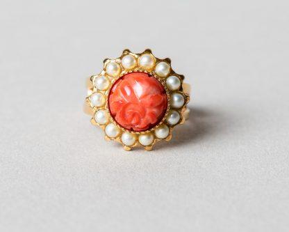 Anillo Adiel en plata dorada con perlas de agua dulce y coral tallado a mano