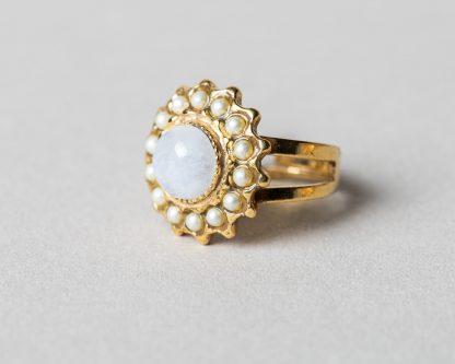 Anillo Adiel en plata dorada con perlas de agua dulce y piedra de la luna