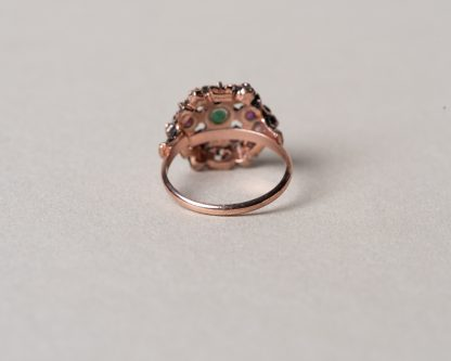 Anillo Claudia realizado en plata rosada con rubies y esmeralda. Reproduccion de un anillo Victoriano