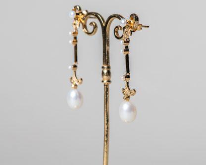 Pendientes Aprilla Dorados realizados a mano en plata dorada con marcasitas y perlas de agua dulce