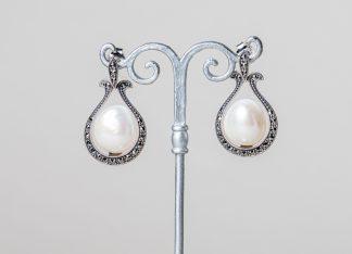 Pendientes Marsella realizados a mano en plata con marcasitas y perla de agua dulce.